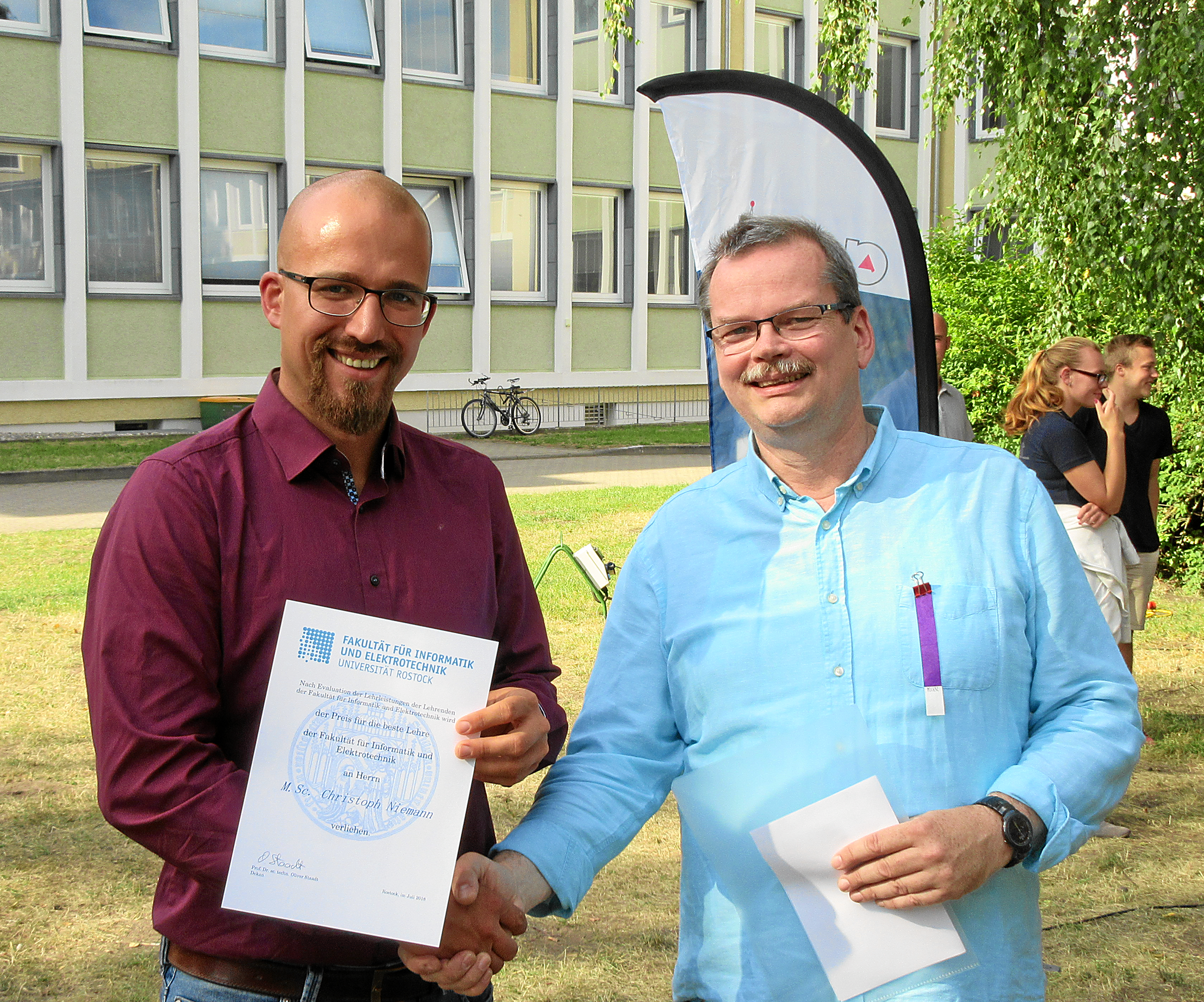 V.l.: Preisträger M.Sc. Christoph Niemann Und Prodekan Prof. Dr. Mathias